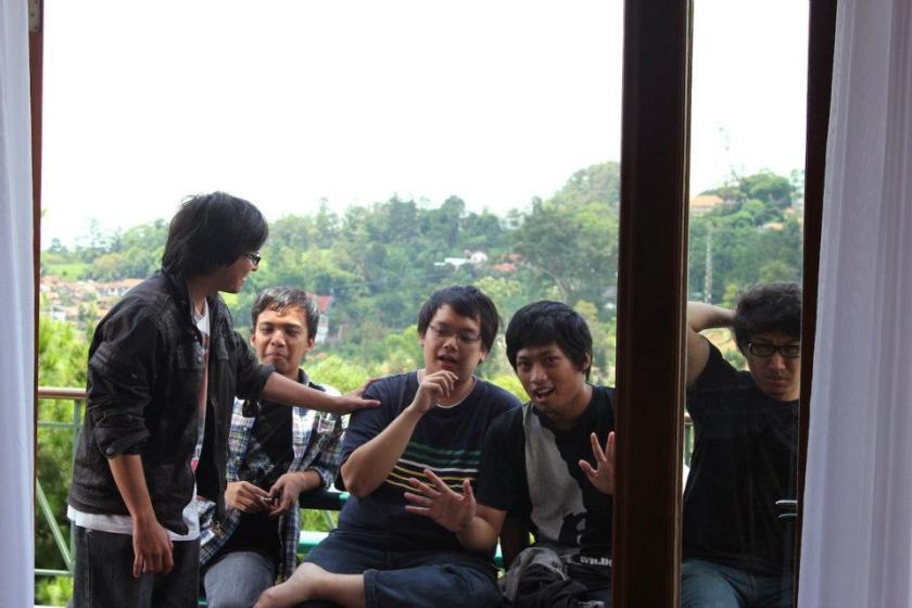 Everyday is Sunday! Foto senang-senang DKV sebelum pergi memerangi Tugas Akhir. Villanya bagus dan dekat Bandung lagi...lokasinya di Dago pakar. Keren loh pemandangannya :-)