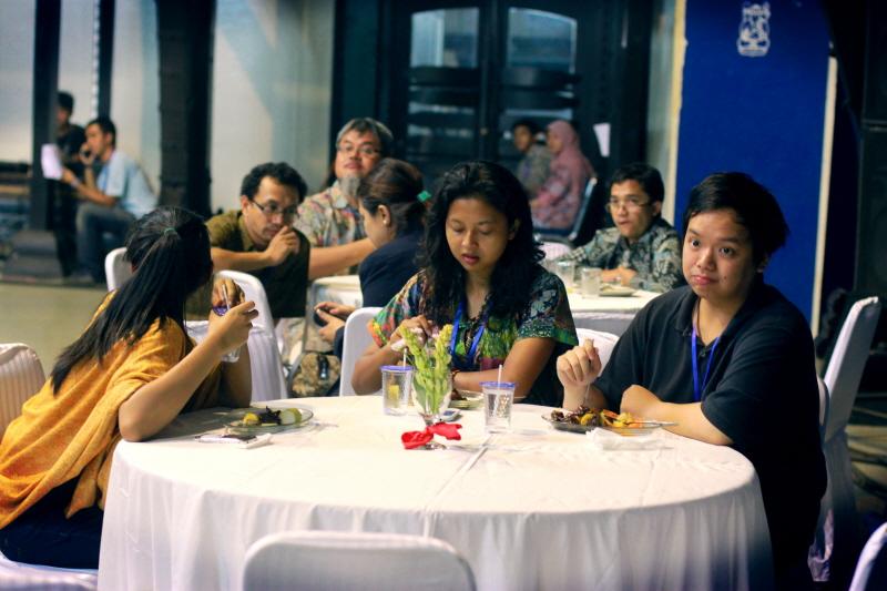 Foto Dini(ngadep kebelakang),Gaby dan Saya di Gala Dinner ICPCO. Hampir 2 hari penuh saya bersama mereka dalam event ICPCO ini. Gaby dan Dini merupakan teman di SMA'34. Dua anak yang baik-baik :-)
