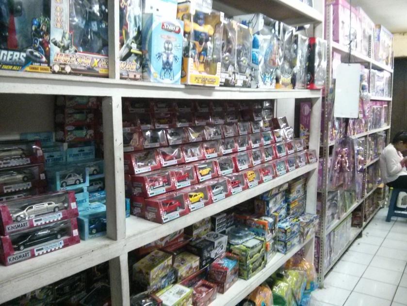 Etalase penuh mainan. ternyata tren mainana sekarang itu Hotwheels, Transformer dan Avenger yah.