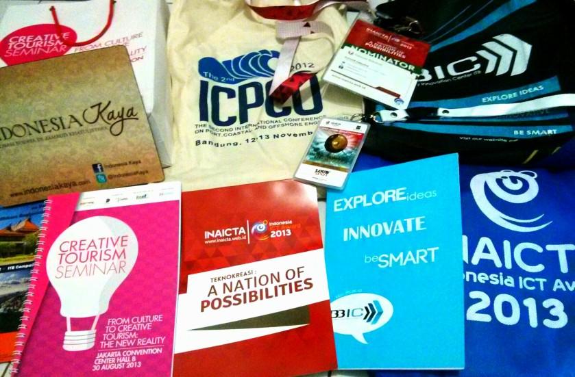 souvenir, goodie bag, buku tulis, bolpen, dst adalah hal yang lumrah di jadikan SWAG