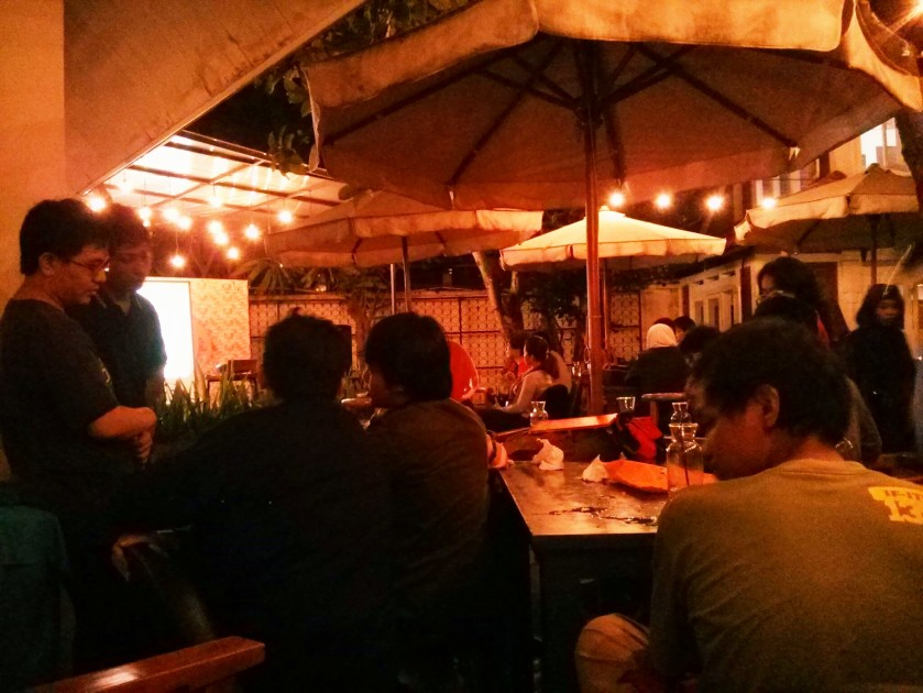 Ngumpul developer Game Bandung di kafe Siete. Crowdnya ramai dan asyik