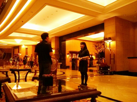 Manajer Hotel sedang berbicara dengan pengunjung hotel dengan berbahasa Korea
