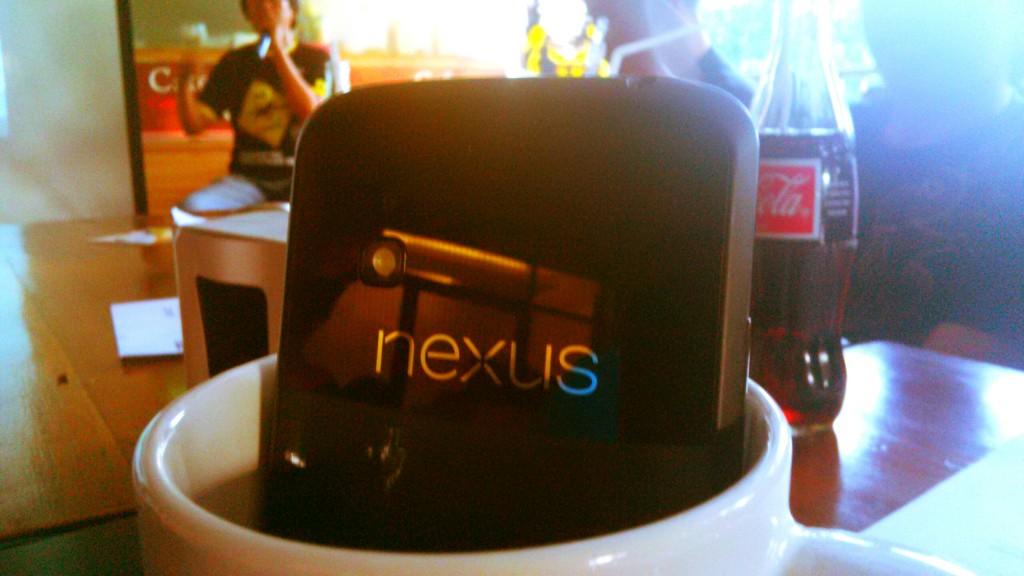 Nexus 4 di saat coffe break,hehehe
