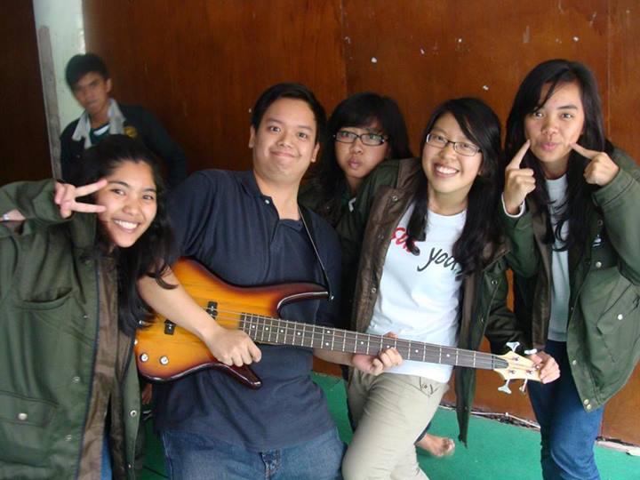 Jadilah pemain Bass niscahya Anda akan dikelilingi oleh wanita,hehehe...Ini di acara Wiken LPMI :-)