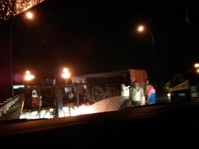 Cipularang: Jalur maut, sebuah foto truk terguling. di  depan mobil yang Saya tumpangi.