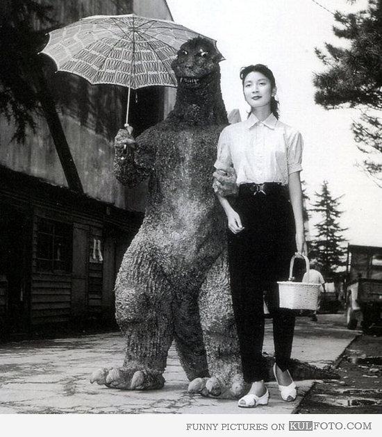 Tiga fase kehidupan Godzilla!: Fase kedua dalam hidup Godzila adalah puber atau remaja. Godzilla yang sudha menemukan jatidirnya sebagai lelaki normal tertangkap kamera sedang berkencan dengan gadis di desa sekitar.