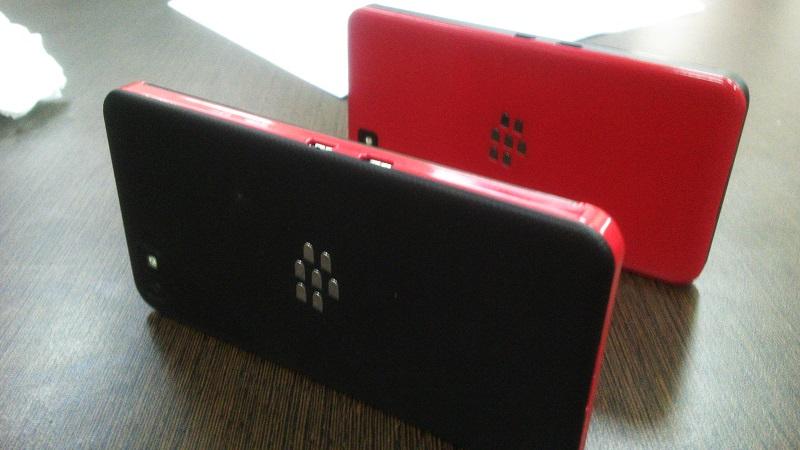 Ketika BlackBerry Z10 mengalahkan Nexus 4! Penampakan BB Z 10 yang berwarna merah dan hitam