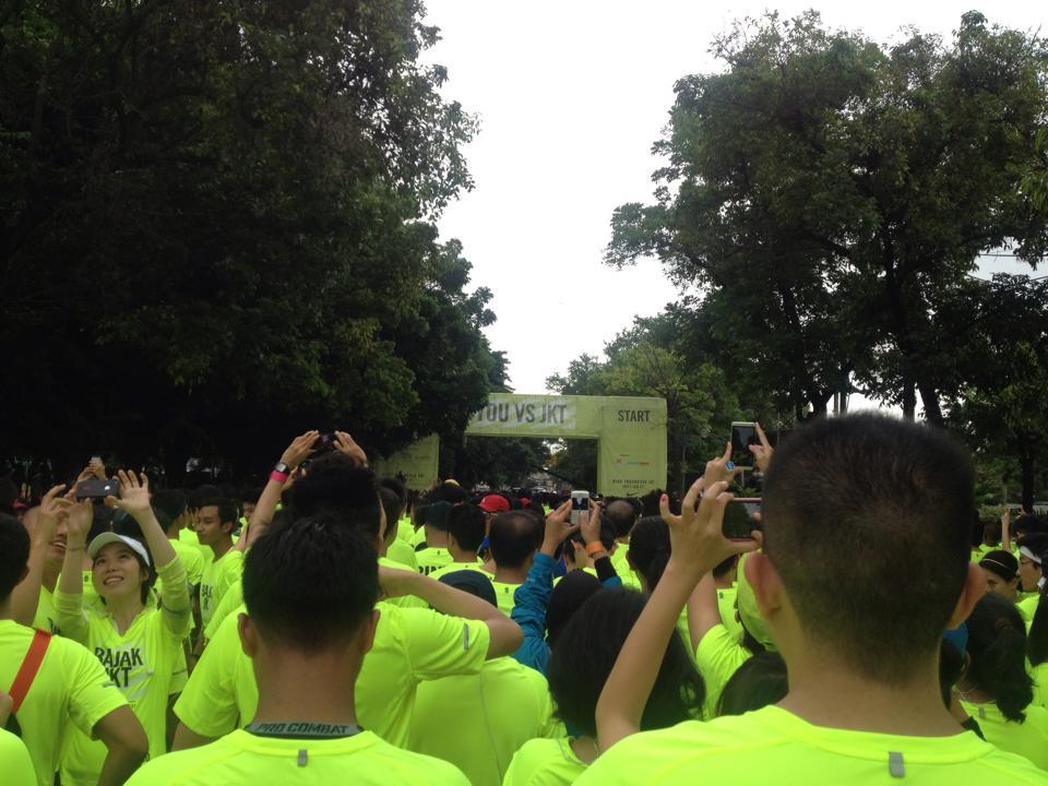 Nike Bajak Jakarta 2014 review! Saking padatnya, Pas mulai perlombaan kira-kira ada kali 10 menitan nunggu para pelari melintasi garis start.