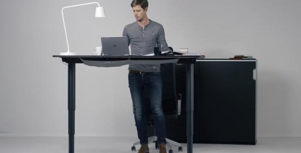 375.  Duduk-duduk terus mati~ Ini dia nih standing desk buatan IKEA yang bisa di atur tingginya.