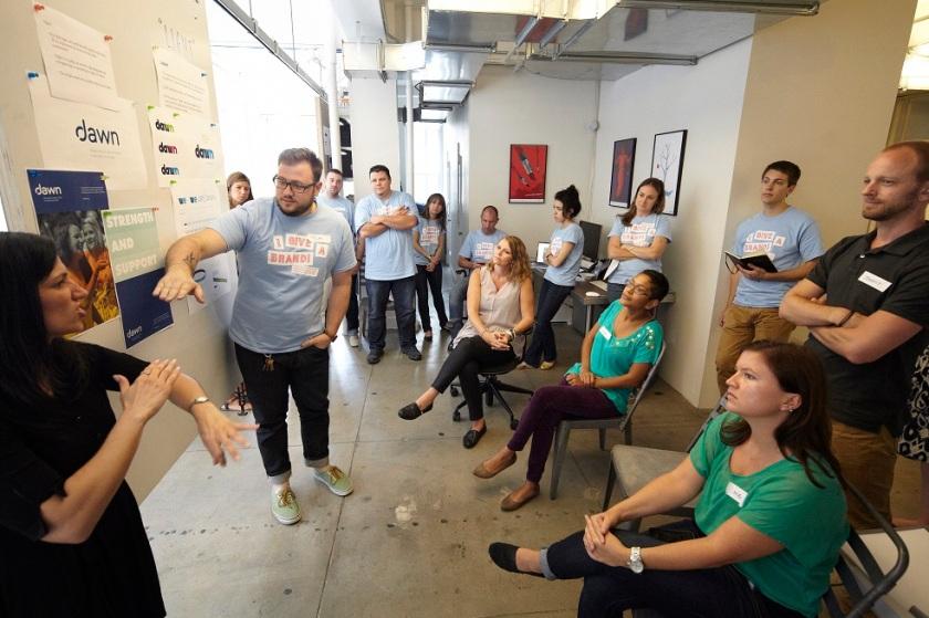 611. Agile design development : versi di lapangan! Ini dia nih suasana kantor yang melakukan Agile design development. Dimana semua personelnya ikut terlibat dan fokus dalam men desain produknya.