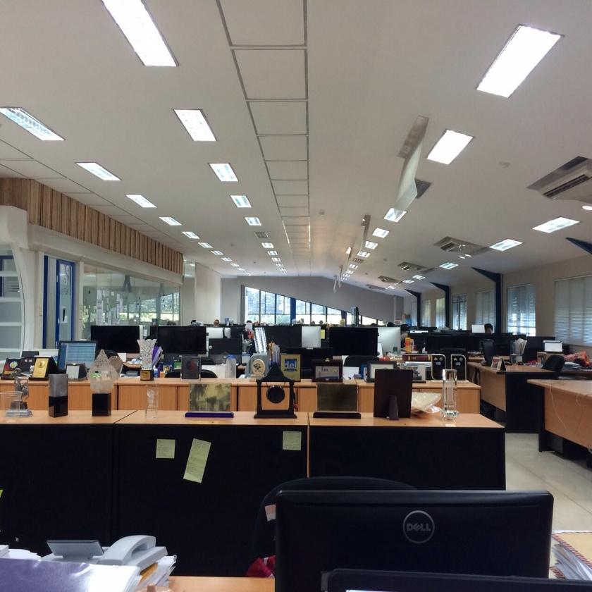 618. Study banding kantor Startup! Kantor BliBli yang menganut open space. Berisik dan susah fokus adalah salah satu resiko kantor open space.