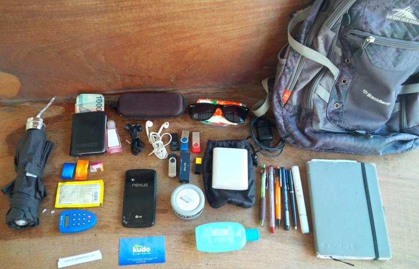 440. Whats Inside my UX Design bag !? ini dia kumpulan barang yang Saya bawa sehari-hari. Ternyata banyak juga yah :-(