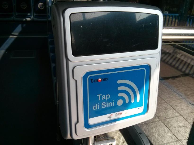 """451. UX design: kenapa program IT pemerintah jarang yang pakai? Mesin pembaca kartu NFCnya. Bayangkan petugas harus bolak-balik di dalam bis yang bergoyang untuk menempelkan kartu ke mesin ini. Kata """"tap disini"""" mungkin bisa  di ganti """"tempelkan kartu disini"""" Secara gak semua orang ngerti apa itu """"tap""""."""